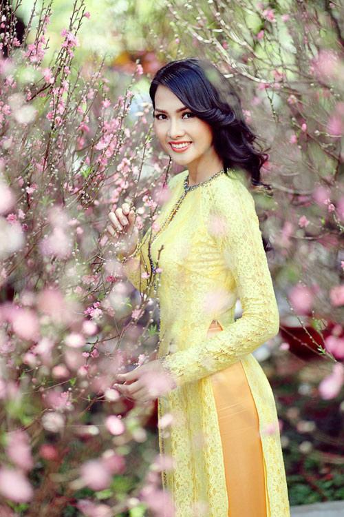 Mỹ nữ Việt đẹp ấn tượng bên hoa cỏ mùa xuân - 3