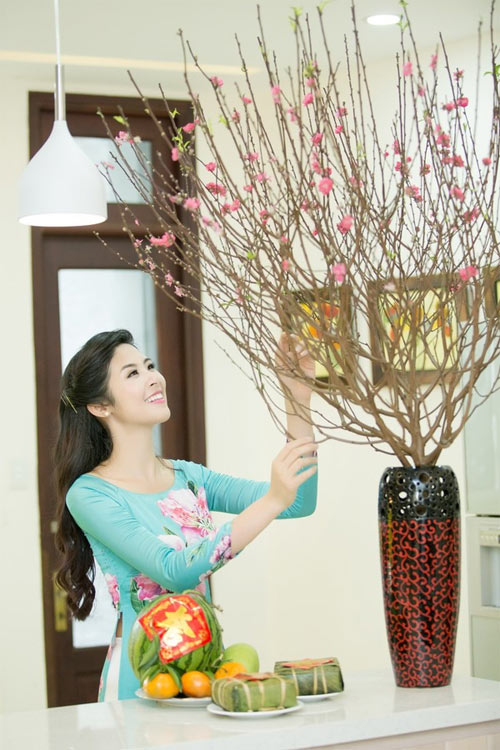 Mỹ nữ Việt đẹp ấn tượng bên hoa cỏ mùa xuân - 13