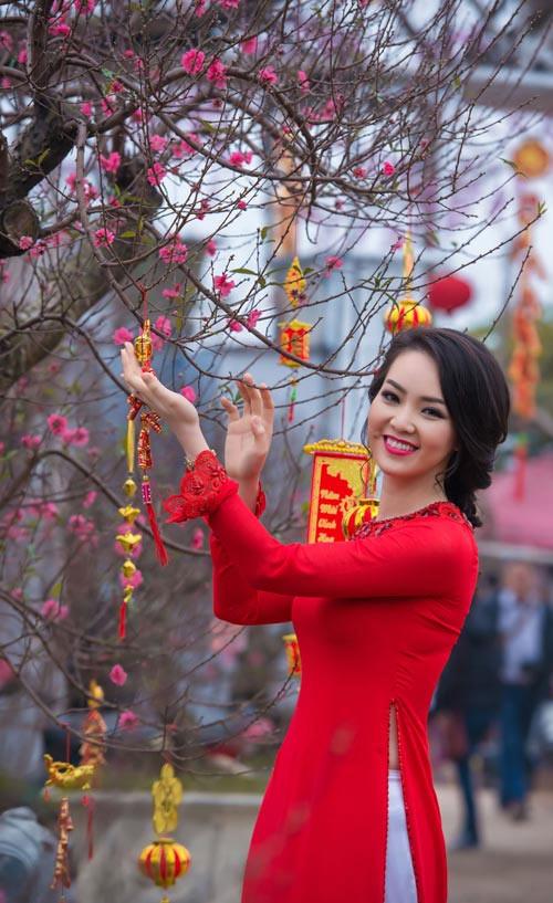 Mỹ nữ Việt đẹp ấn tượng bên hoa cỏ mùa xuân - 16