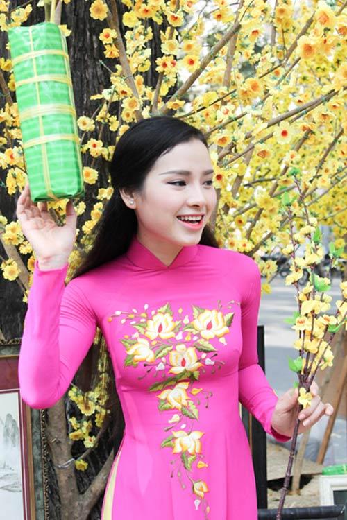 Mỹ nữ Việt đẹp ấn tượng bên hoa cỏ mùa xuân - 15
