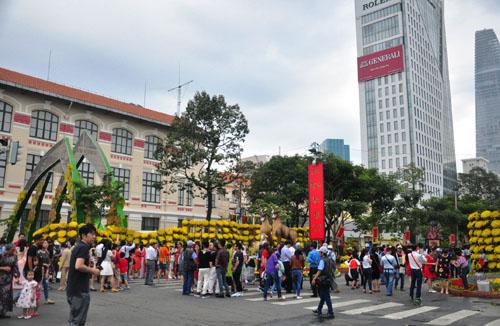 Mùng 1 Tết, người Sài Gòn đổ ra đường du xuân - 4