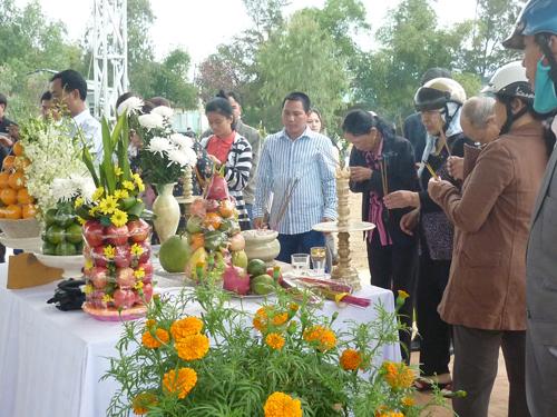Ngày đầu năm, mộ ông Nguyễn Bá Thanh phủ đầy hoa - 2