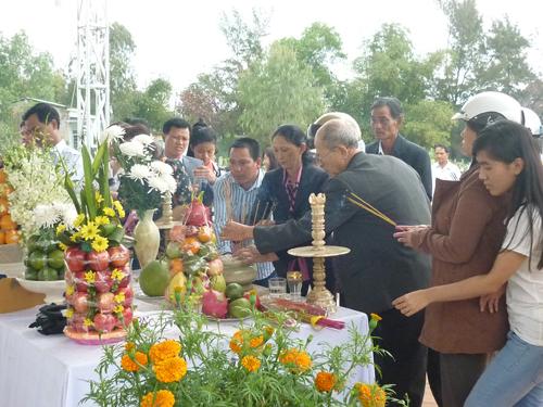 Ngày đầu năm, mộ ông Nguyễn Bá Thanh phủ đầy hoa - 1