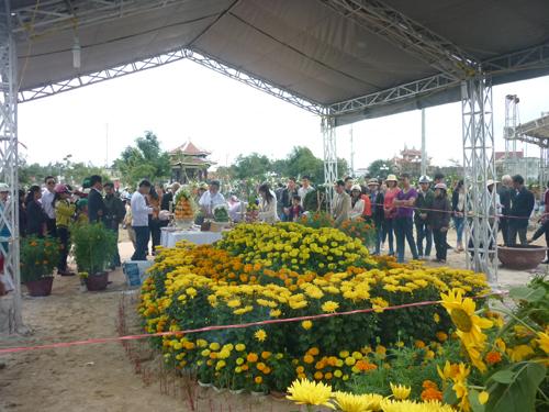 Ngày đầu năm, mộ ông Nguyễn Bá Thanh phủ đầy hoa - 3
