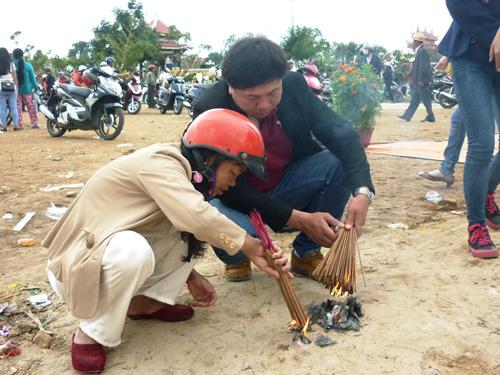 Ngày đầu năm, mộ ông Nguyễn Bá Thanh phủ đầy hoa - 5