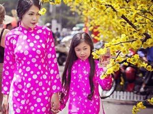 Mẹ con Đinh Y Nhung diện áo dài xuống phố ngày Xuân