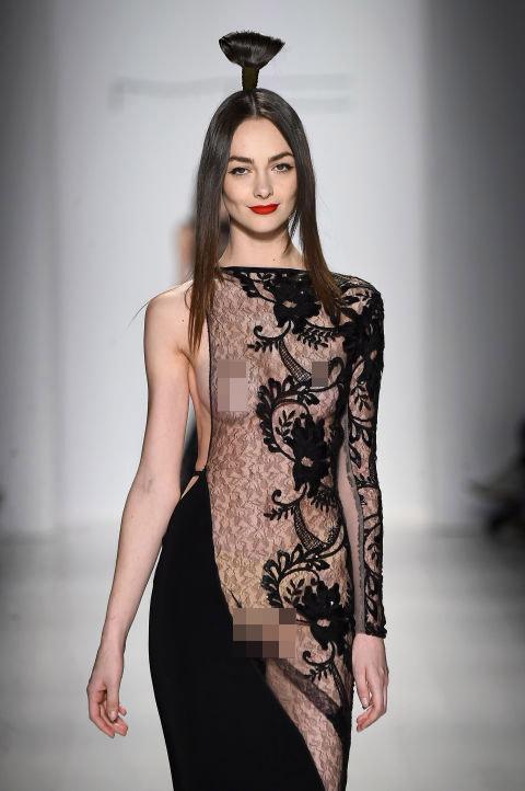 Váy áo trong suốt gợi cảm phủ kín sàn diễn New York - 1