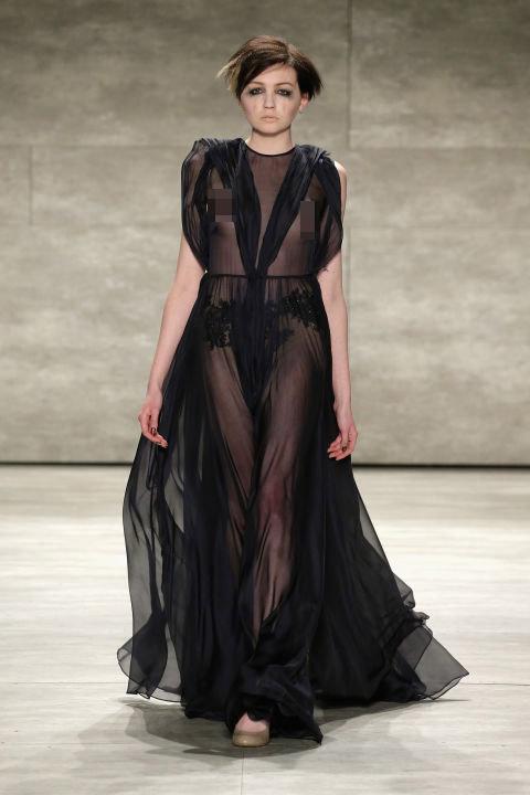 Váy áo trong suốt gợi cảm phủ kín sàn diễn New York - 13