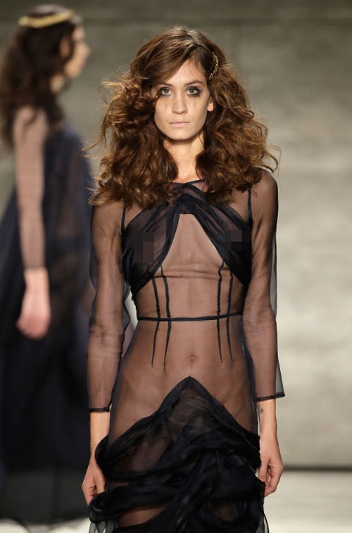 Váy áo trong suốt gợi cảm phủ kín sàn diễn New York - 16