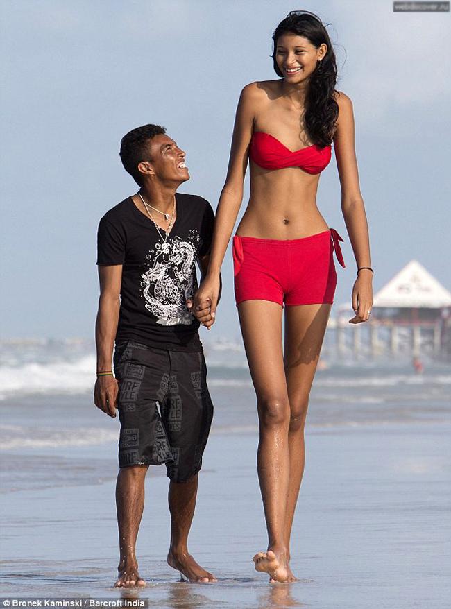 Một trong những cặp đôi kỳ quặc khiến nhiều người chú ý nhất thuộc vềElisany da Cruz Silva, cô gái sở hữu chiều cao 2,07m, trong khi bạn traiFrancinaldo da Silva Carvalho lại sở hữu vóc dáng khá khiêm tốn - 1,64m.