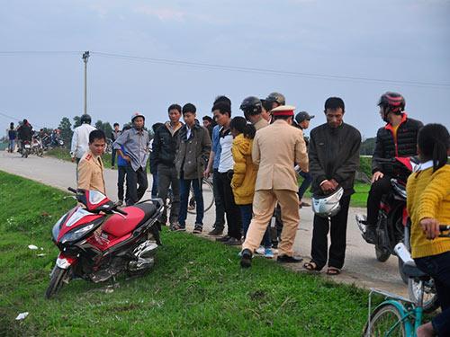 Hai xe máy tông trực diện, 6 người nguy kịch - 1