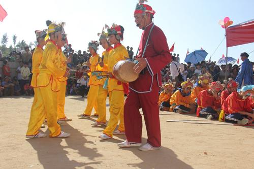 """Độc đáo lễ hội """"xông biển"""" đầu năm của ngư dân Quảng Ngãi - 1"""