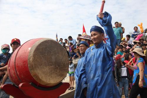 """Độc đáo lễ hội """"xông biển"""" đầu năm của ngư dân Quảng Ngãi - 7"""