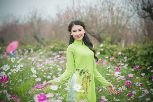 Người đẹp Thanh Tú rạng ngời bên sắc hoa ngày xuân - 1