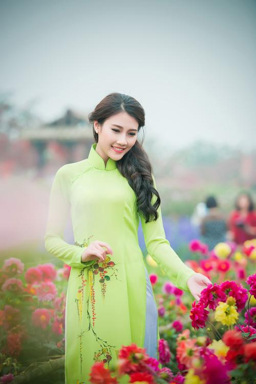 Người đẹp Thanh Tú rạng ngời bên sắc hoa ngày xuân - 4