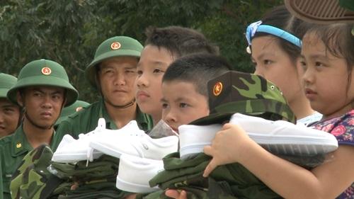 Con trai Trần Lực toát mồ hôi đọc báo trong doanh trại - 1
