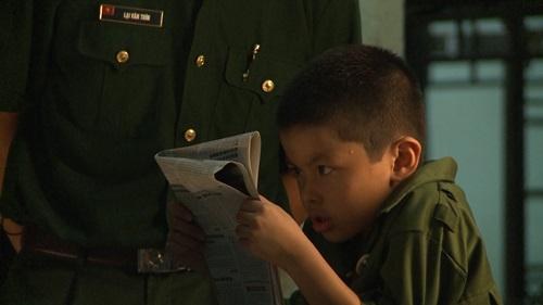 Con trai Trần Lực toát mồ hôi đọc báo trong doanh trại - 2