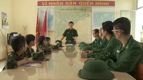 Con trai Trần Lực toát mồ hôi đọc báo trong doanh trại - 6