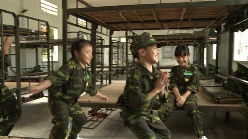 Con trai Trần Lực toát mồ hôi đọc báo trong doanh trại - 7