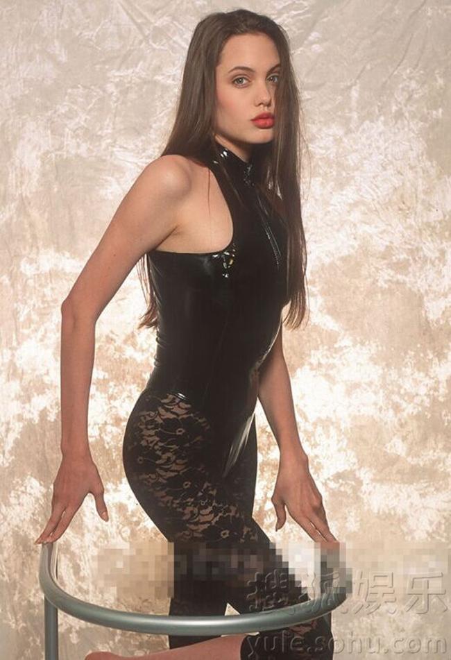 Sinh năm 1975, hiện tại Angelina Jolie đã bước vào tuổi 40 với một sự nghiệp thành công cùng hạnh phúc gia đình viên mãn