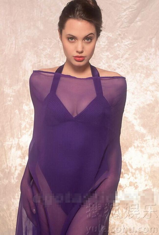 Khuôn mặt tròn trịa, đôi môi dày quyến rũ, đôi mắt sắc sảo, Angelina Jolie ngày trẻ quá đỗi thu hút