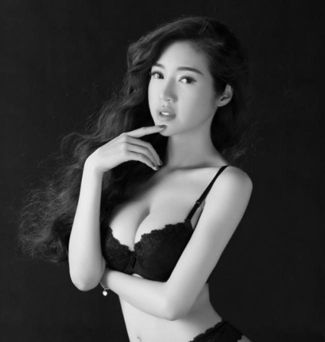 Elly Trần được mọi người biết đến với danh hiệu hot girl trên mạng nhờ ngoại hình nóng bỏng, quyến rũ.