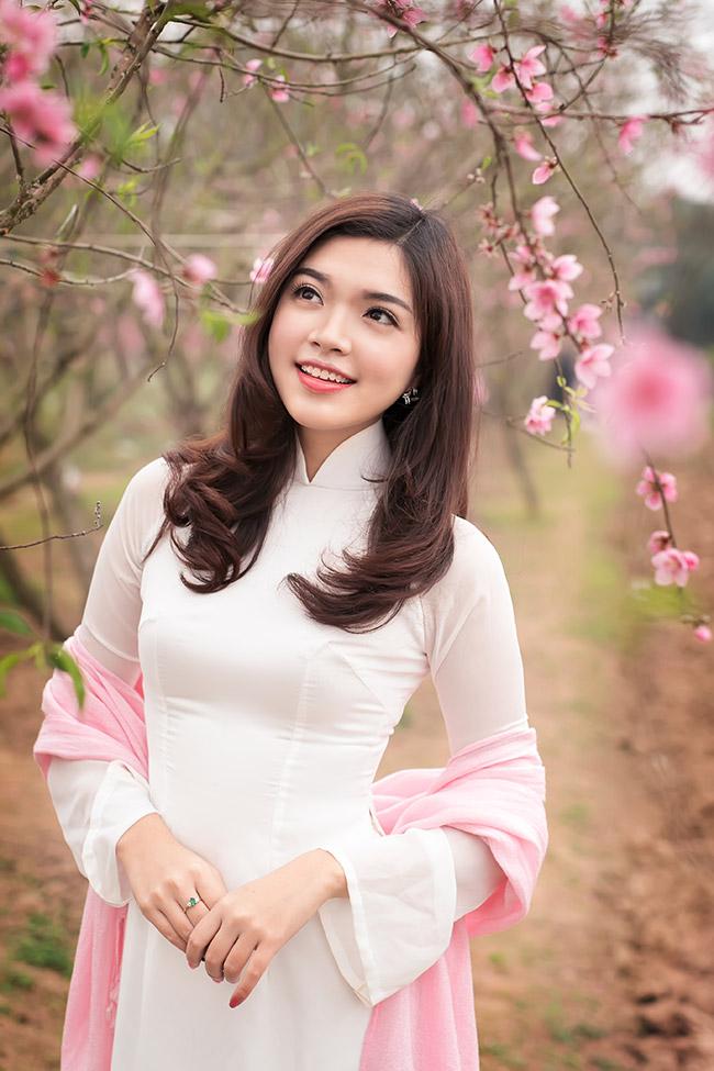 Hoa khôi Sinh viên Hà Nội 2011 Đỗ Thùy Dương khoe sắc bên vườn đào xuân