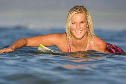 Cô gái cụt tay là VĐV lướt ván giỏi nhất thế giới - 1