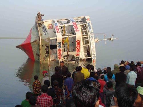Bangladesh: Phà chở 100 người lật úp trên sông - 1