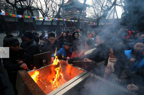 Chùm ảnh: Người dân TQ đổ xô đi lễ chùa đầu năm - 3
