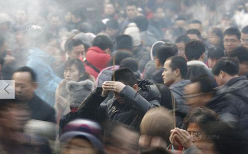 Chùm ảnh: Người dân TQ đổ xô đi lễ chùa đầu năm - 2
