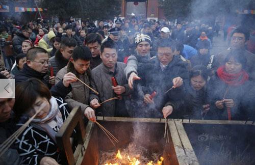 Chùm ảnh: Người dân TQ đổ xô đi lễ chùa đầu năm - 4