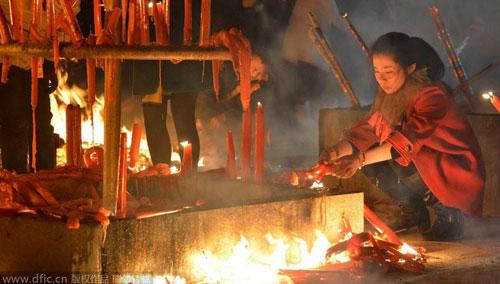 Chùm ảnh: Người dân TQ đổ xô đi lễ chùa đầu năm - 12