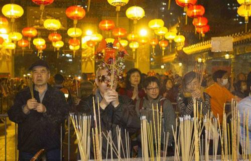 Chùm ảnh: Người dân TQ đổ xô đi lễ chùa đầu năm - 10
