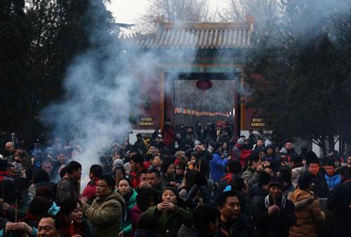 Chùm ảnh: Người dân TQ đổ xô đi lễ chùa đầu năm - 7