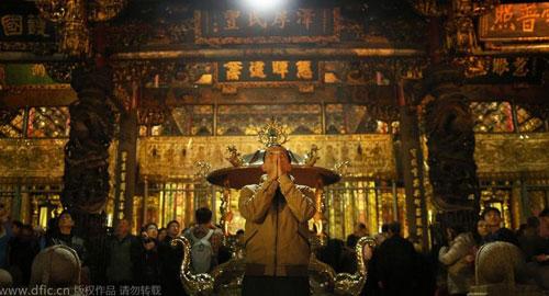 Chùm ảnh: Người dân TQ đổ xô đi lễ chùa đầu năm - 9