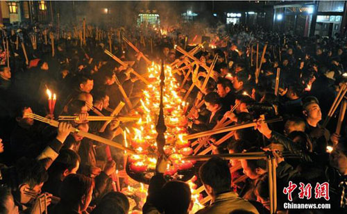 Chùm ảnh: Người dân TQ đổ xô đi lễ chùa đầu năm - 8