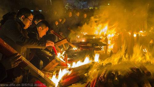 Chùm ảnh: Người dân TQ đổ xô đi lễ chùa đầu năm - 11