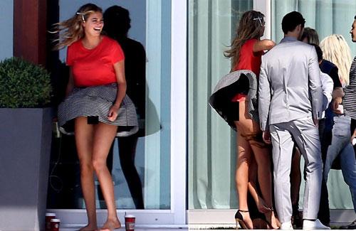 Sao bối rối vì lỗi váy áo hớ hênh - 4