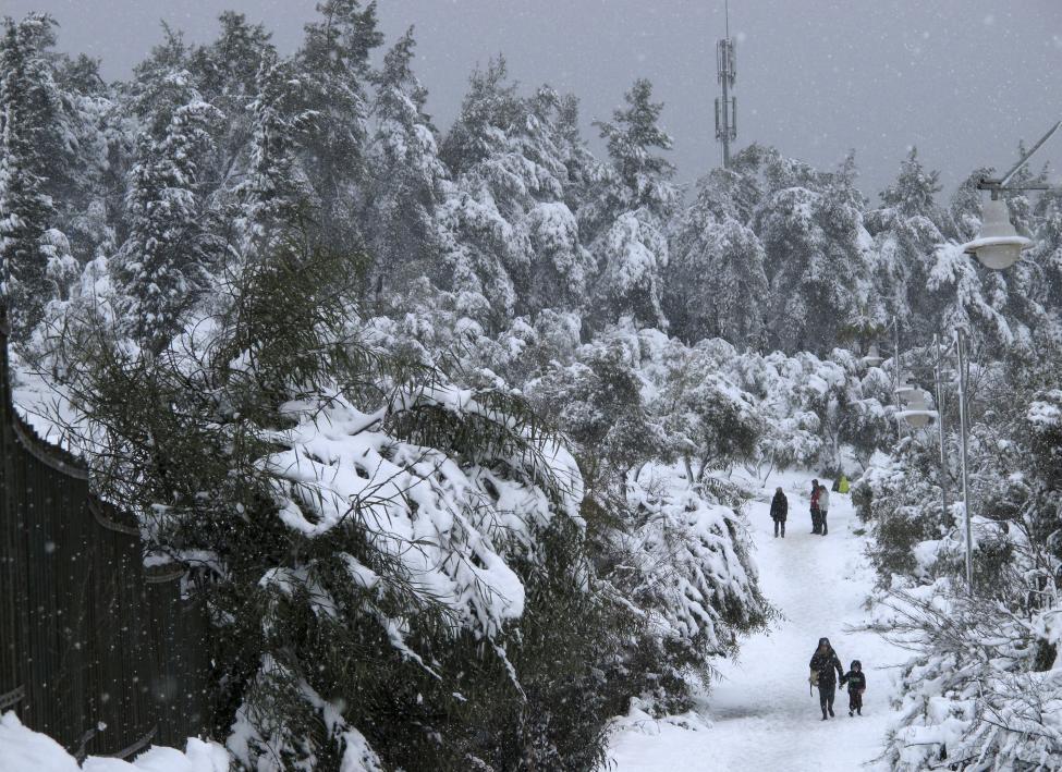 """Hiện tượng lạ: Tuyết phủ trắng """"sa mạc"""" Trung Đông - 10"""