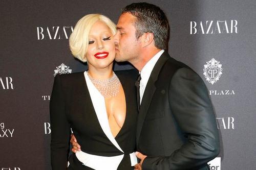 Lady GaGa khoe nhẫn đính hôn trên thảm đỏ Oscar - 3
