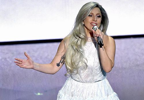 Lady GaGa khoe nhẫn đính hôn trên thảm đỏ Oscar - 2