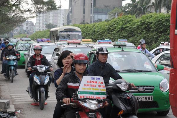 Hàng vạn người rồng rắn đổ về Thủ đô sau kỳ nghỉ Tết - 15