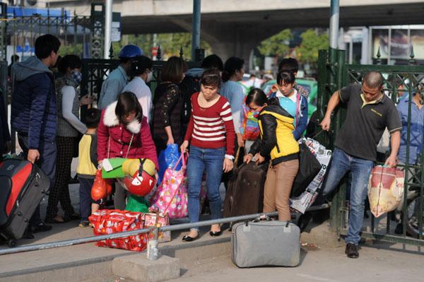 Hàng vạn người rồng rắn đổ về Thủ đô sau kỳ nghỉ Tết - 14
