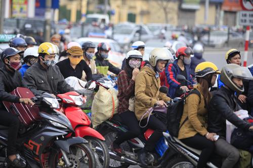 Hàng vạn người rồng rắn đổ về Thủ đô sau kỳ nghỉ Tết - 12
