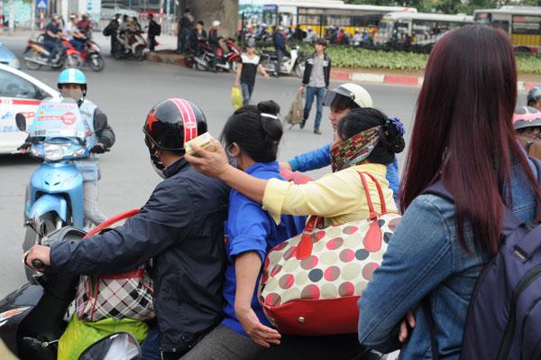 Hàng vạn người rồng rắn đổ về Thủ đô sau kỳ nghỉ Tết - 20