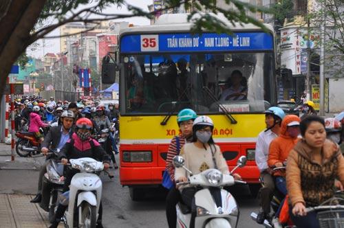 Đường phố tắc nghẽn ngày làm việc đầu năm - 7