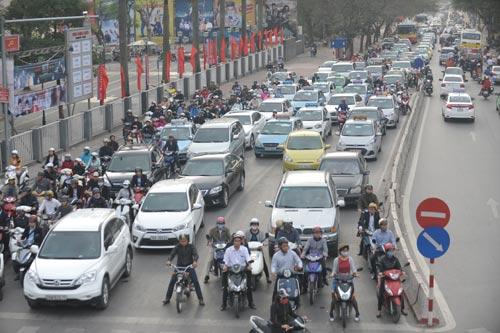 Đường phố tắc nghẽn ngày làm việc đầu năm - 5
