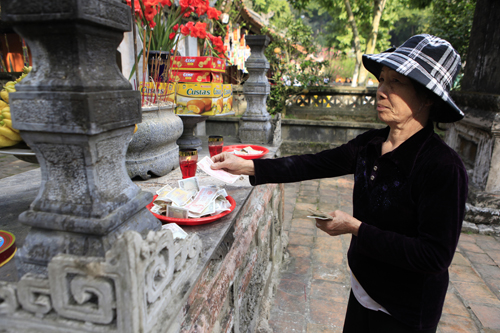 """Đi lễ chùa Hương, nhét tiền vào nhũ đá """"hối lộ"""" thánh thần - 2"""