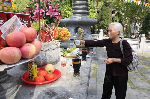 """Đi lễ chùa Hương, nhét tiền vào nhũ đá """"hối lộ"""" thánh thần - 3"""